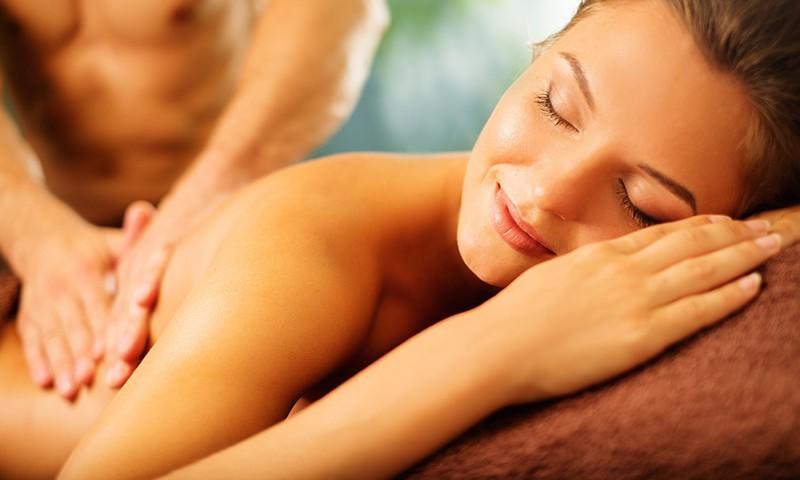 Ge varandra en erotisk massage