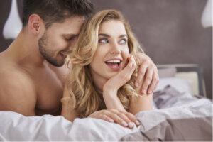 ung man och kvinna som ligger i en säng
